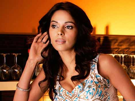 Aamir says I don't fit into a mother's role: Mallika