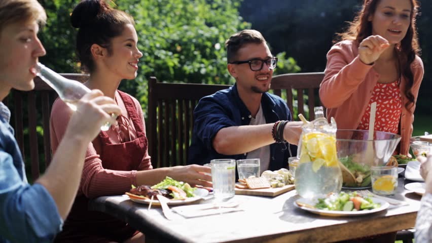 Men like to 'show off' while eating at social gatherings