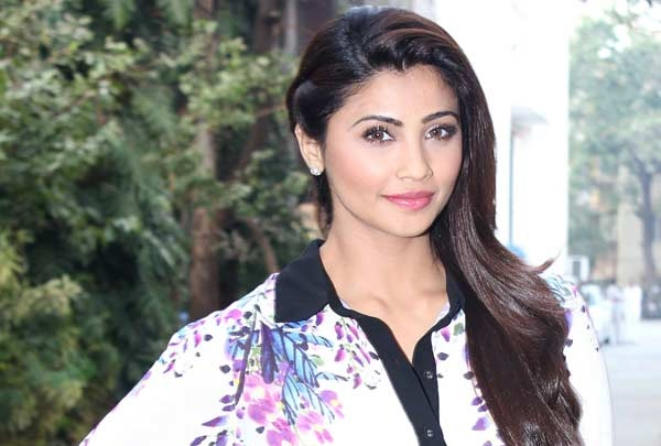 Daisy Shah finds kissing a stranger 'very awkward'