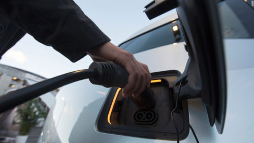 Merkel reaffirms target of 1 mn electric cars by 2020